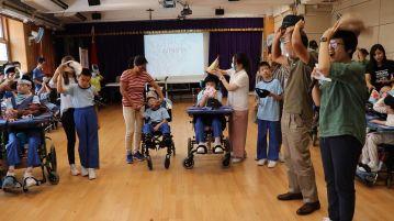校長與各級同學代表進行戴帽儀式
